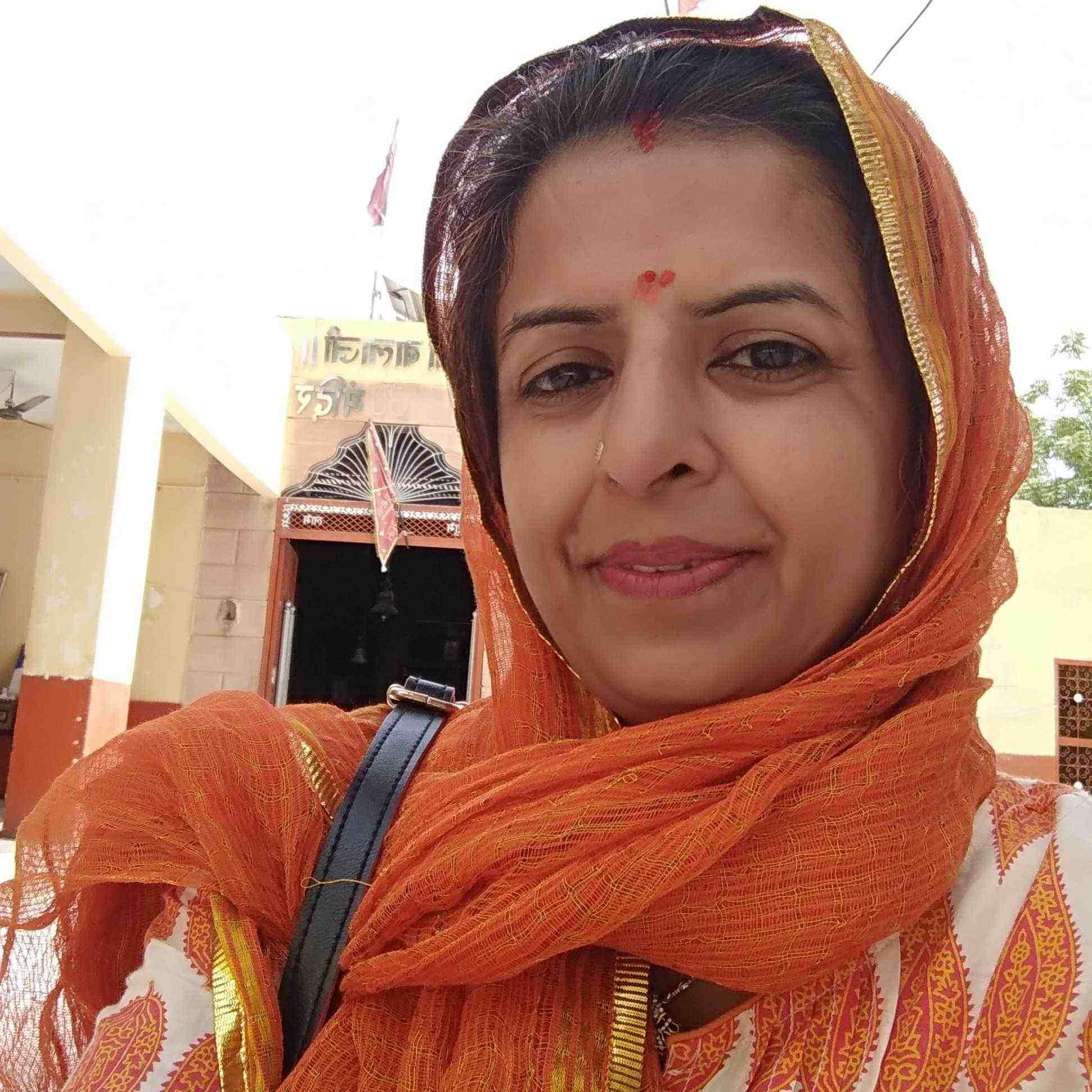 Sunita Sharma  दोस्ती है मेरी खुद से..  दामन को हर्ष से भरती हूँ,  जिन्दगी के हर रंग से..  शब्दों की कशीदाकारी करती हूँ,  जुगनू से चमकते एहसासों से..  पन्नो को सवारती हूँ।