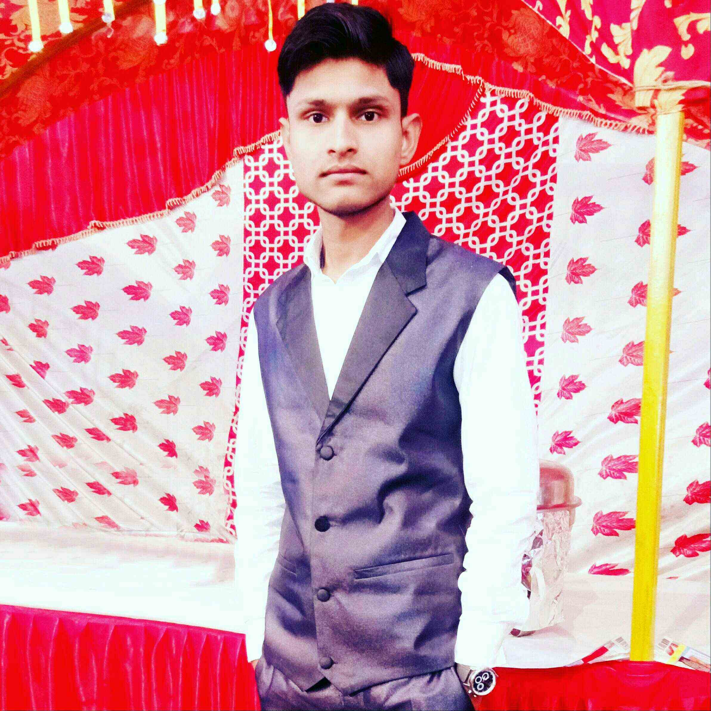 Mukabbir Ahmad Dunia main, Hain meer or Ghalib se sukhanbar bhot acche...Chahat hai humara naam bhi ho shamil unhi