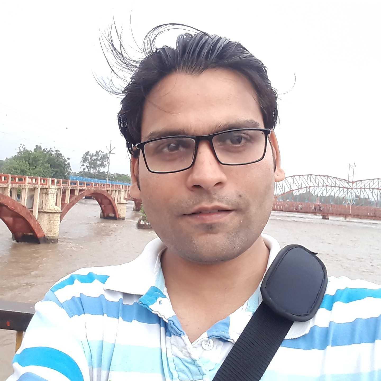 Awadhesh Kumar Rai मुझे जिंदगी आजमाती है मैं जिंदगी को